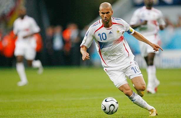 Chắc hẳn người hâm mộ vẫn còn nhớ đến tình huống húc đầu của Zidane vào người Marco Materazzi trong trận chung kết World Cup 2006, giải đấu cuối cùng của ngôi sao bóng đá người Pháp. Với phong cách hào hoa, nhãn quan chiến thuật và kỹ thuật điêu luyện, các cổ động viên và các chuyên gia bóng đá coi anh là một trong những cầu thủ xuất sắc mọi thời đại. Trong sự nghiệp của mình, Zidane giành được nhiều danh hiệu tập thể và cá nhân cap quý. Nổi bật trong số đó là chức vô địch World Cup trên sân nhà cùng với danh hiệu Quả bóng vàng năm 1998, danh hiệu Champions league với Real Madrid mùa giải 2001-2002.