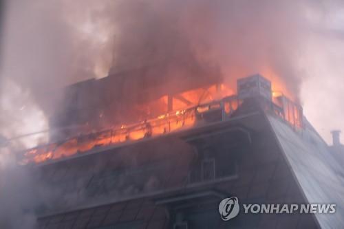 Đám cháy nhanh chóng lan lên các tầng khác trong tòa nhà cao tầng (Ảnh:Yonhap)