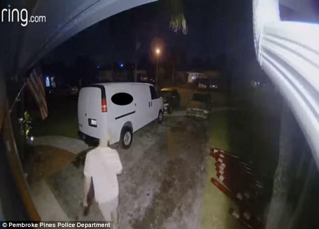 Đoạn video giám sát cho thấy một người đàn ông đang bước ra khỏi hiện trường chỉ 2 giờ sau khi sự việc xảy ra.
