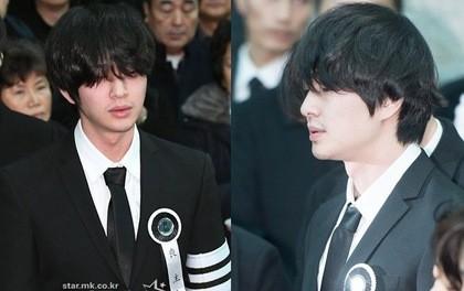 Vẻ mặt tiều tụy của Onew tại đám tang của Jonghyun khiến người hâm mộ vô cùng lo lắng vì sợ rằng anh sẽ làm chuyện dại dột vì không chịu được áp lực.