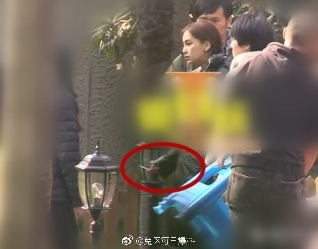 Hình ảnh Angela Baby xuất hiện với điếu thuốc trên tay nhận chỉ trích gay gắt từ cư dân mạng.