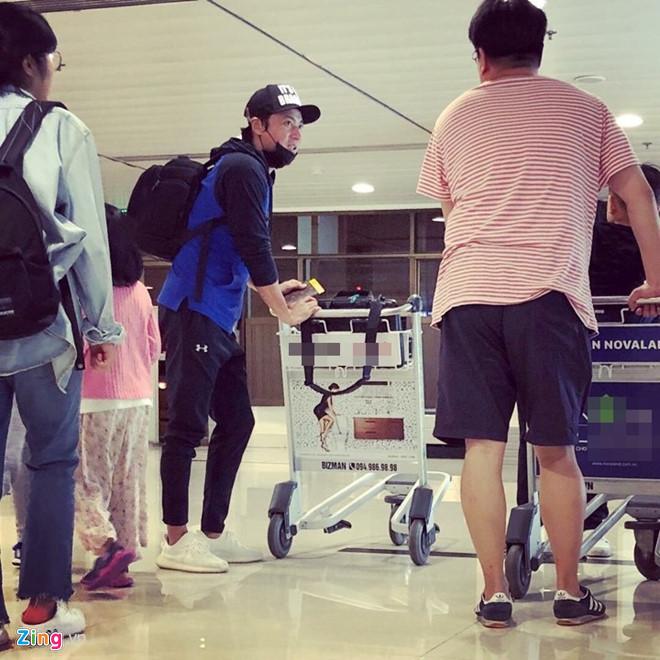 Nam tài tử xuất hiện vô cùng điển trai tại sân bay Phú Quốc. (Nguồn ảnh: Zing)