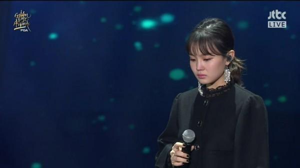 Lee Hi bật khóc khi hát ca khúc Jonghyun viết cho mình.