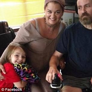 Cả gia đình đag mong chờ một phép lạ giúp cho tất cả mọi người đều khỏi bệnh và khỏe mạnh