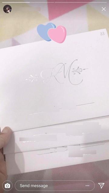 Huỳnh Mi chọn tone màu trắng chủ đạo cho thiệp cưới của mình. - Tin sao Viet - Tin tuc sao Viet - Scandal sao Viet - Tin tuc cua Sao - Tin cua Sao