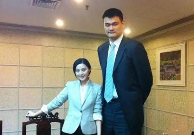 Phạm Băng Băng nở nụ cười nhẹ nhàng bên Yao Ming. Dù có là nữ hoàng Cbiz thì vẫn bị dìm chiều cao như thường nhé.