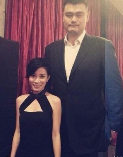 Cười thật tươi bên Yao Ming, Xa Thi Mạn diện một bộ đầm đen khiến cô trở nên xinh đẹp và thêm phần quyến rũ. Chiều cao của Xa Thi Mạn cũng không phải dạng vừa khi cô đứng cao ngang ngực của Yao Ming. Dĩ nhiên tính cả đôi cao gót nữa.