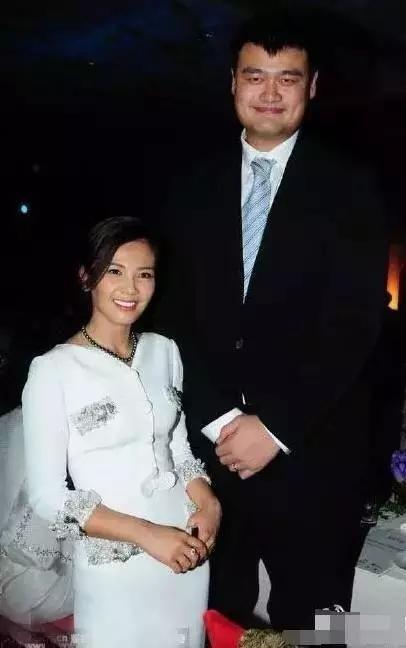Khó có thể nhận ra đây là nữ diễn viên Lưu Đào. Cười tươi hết cỡ khi đứng cạnh Yao Ming, cô đã khiến Yao Ming cũng phải mỉm cười theo thay vì gương mặt nghiêm túc xài hoài không chán của anh.
