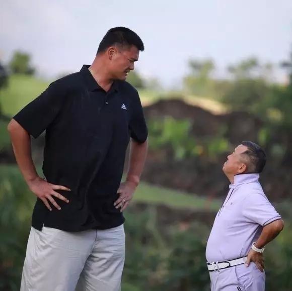 . Bức ảnh hài hước nhất trong loạt ảnh này chắc chắn thuộc về Tăng Chí Vĩ và Yao Ming. Không hiểu 2 người họ có chuyện gì mà căng thẳng đến thế?