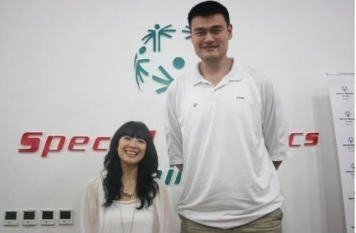 Khó mà nhìn ra được ngôi sao đứng cạnh Yao Ming là Chương Tử Di. Đúng là đứng cạnh đại Hoa đán nổi danh quốc tế có khác, nhìn Yao Ming cười tươi chưa kìa.