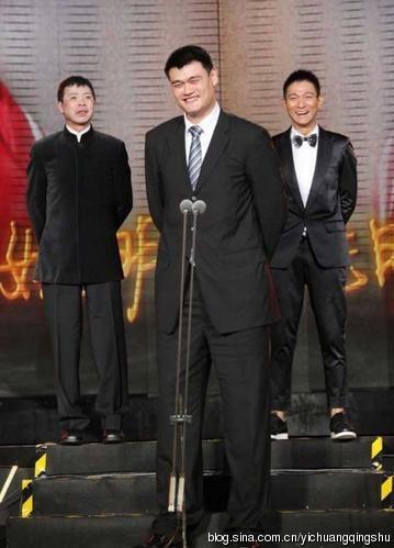 Đạo diễn Phùng Tiểu Cương - Yao Ming và Lưu Đức Hoa. Chắc chắn đây là tấm ảnh đỡ dìm chiều cao nhất vì Lưu Đức Hoa và Phùng Tiểu Cương có sự giúp sức của bậc thềm rồi.