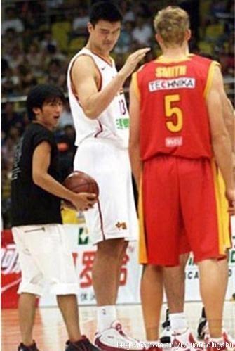 Tạ Đình Phong bị dìm bởi 2 gã khổng lồ trên sân bóng rổ. Đấu với mình Yao Ming đã mệt giờ thêm người cao như vầy nữa sao chịu nổi đây?