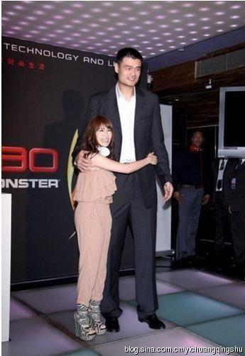 Tiêu Á Hiên dù mang đôi sandal cao chót vót cũng không lại được với Yao Ming.