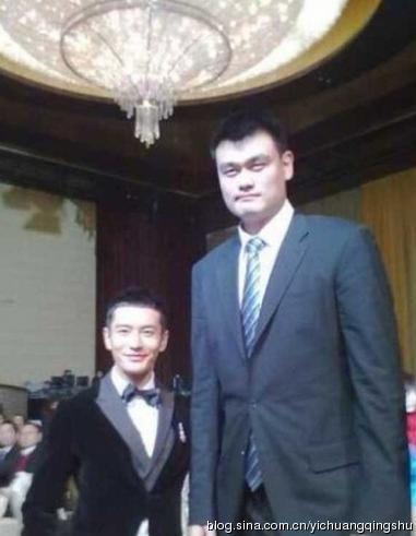 Nam tài tử Huỳnh Hiểu Minh đọ dáng bên Yao Ming.