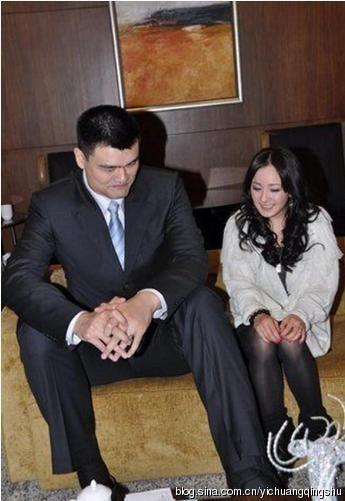 Dù chụp ảnh với tư thế ngồi, song, Dương Mịch vẫn rất nhỏ bé bên Yao Ming.