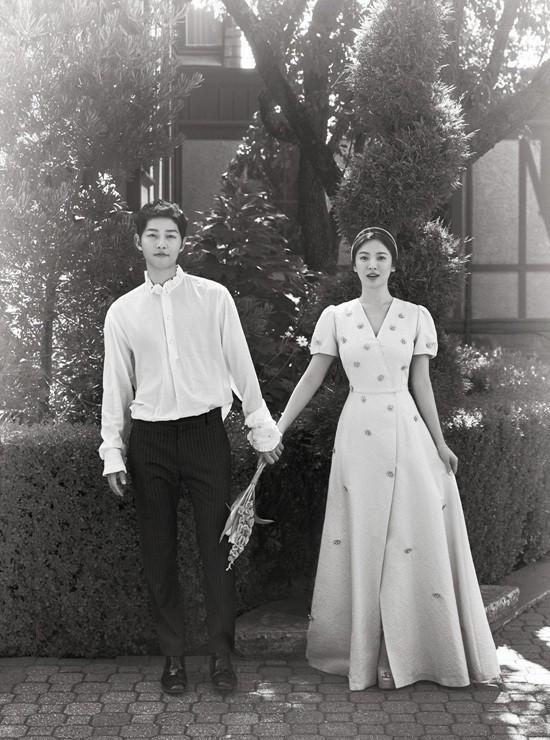 Chiếc đầm Min diện tại lễ trao giải chính là thiết kế phiên bản của bộ cánh mà Song Hye Kyo đã từng diện trong shoot ảnh cưới lãng mạng năm ngoái.