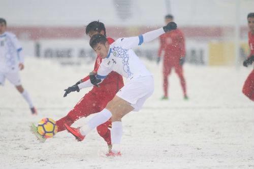 AFC cho tạm dừng trận đấu để dọn tuyết trên sân