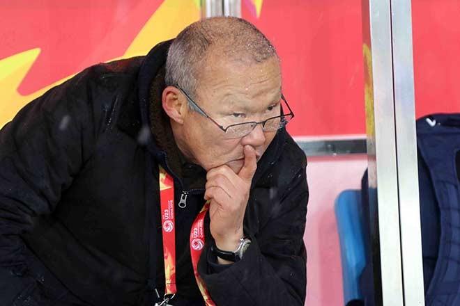 Có khi lại trầm ngâm trong từng pha bóng của U23 Việt Nam.