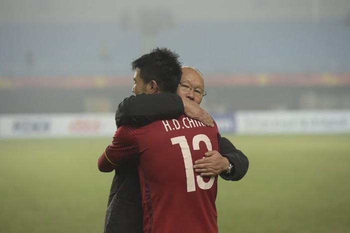 Thầy Park luôn dành những cái ôm thắm thiết cho học trò của mình.