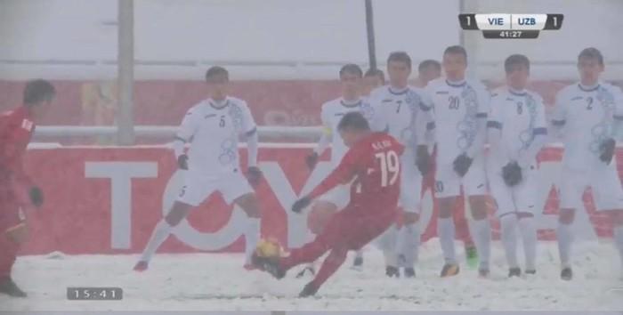 Một mình Quang Hải đứng trước rất nhiều đối thủ nhưng không hề có chút nao núng nào mà dứt khoát thực hiện cú đã đẹp mắt đến thế này
