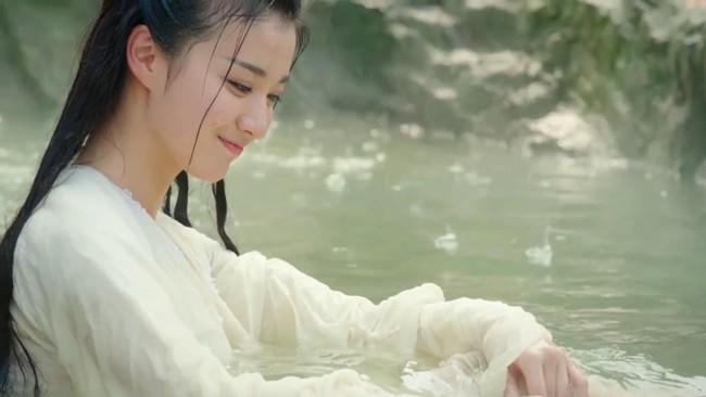 Sao Hoa ngữ đóng cảnh tắm tiên: người nhận cơn mưa lời khen, kẻ bị chê tới tấp