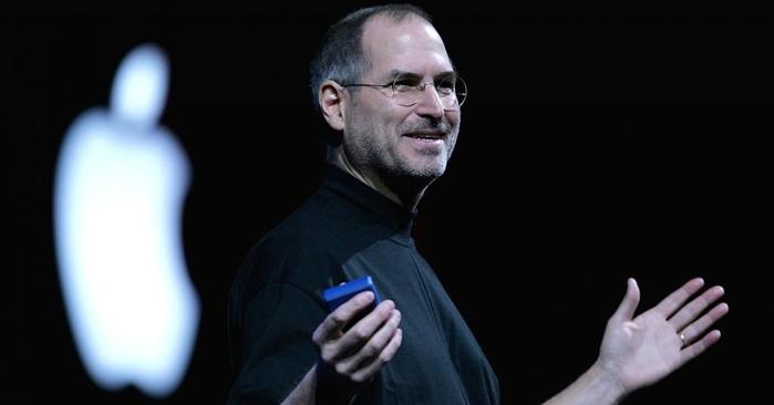 """Bẵng đi một thời gian """"im hơi lặng tiếng"""", Ramsey nổ súng trở lại vào ngày 2/10/2011 trong cuộc chạm trán với Tottenham trên sân White Hart Lane. Và chỉ đúng 3 ngày sau đó, Steve Jobs, nhà sáng lập của tập đoàn công nghệ nổi tiếng Apple đã qua đời sau một thời gian dài chống chọi với căn bệnh ung thư."""