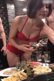 Các cô gái khoác trên mình bộ bikini đỏ chói
