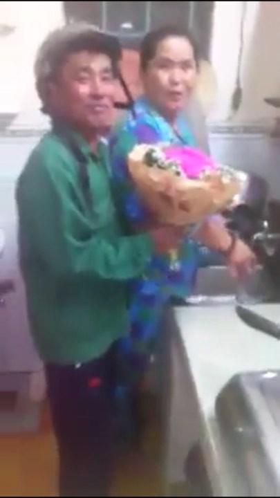 Chú tiến đến chỗ vợ mình đang bận rộn việc bếp núc và trao tận tay bó hoa cho cô.
