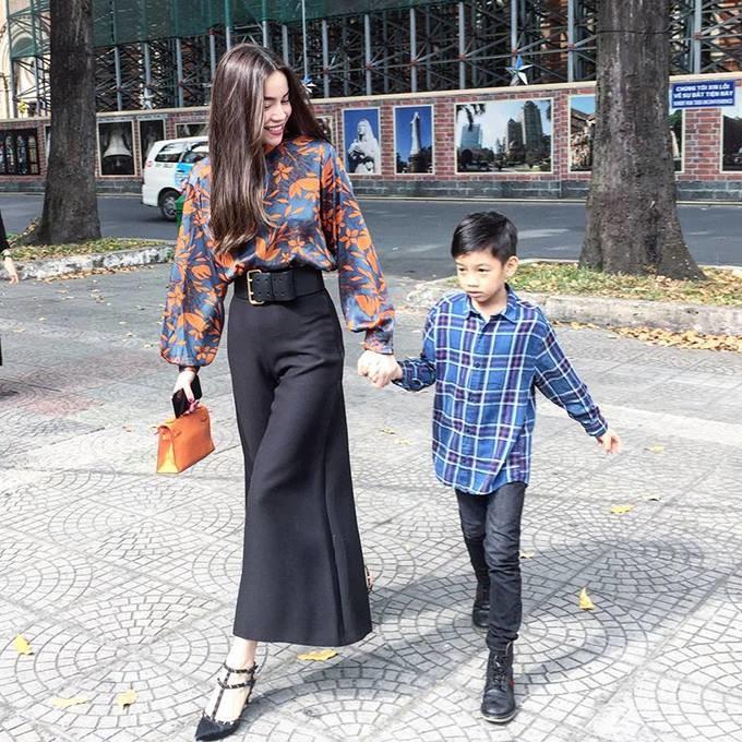 Cậu con trai Subeo mỉm cười rất tươi khi được mẹđưa đi dạo phố Tết. - Tin sao Viet - Tin tuc sao Viet - Scandal sao Viet - Tin tuc cua Sao - Tin cua Sao