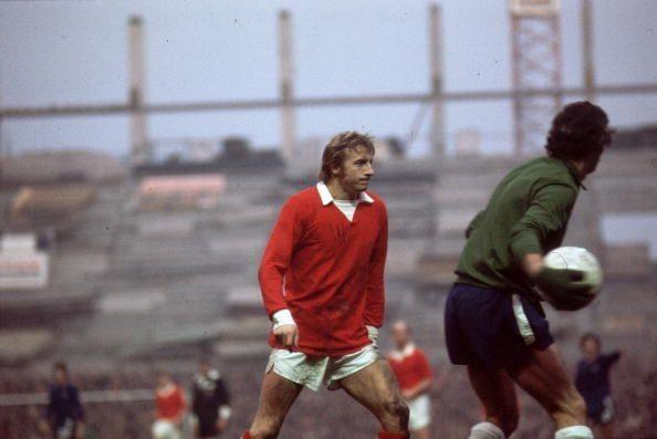 Năm 1962, Denis Law cập bến M.U từ Torino với mức phí kỷ lục 115.000 bảng và từ đó xuất hiện bộ ba phá đảo làng bóng đá Anh mang tên Best-Law-Charlton. Bộ ba huyền thoại này đã cùng nhau dành các danh hiệu lớn nhỏ và rồi họ cũng đi xuống theo quy luật tất yếu của cuộc sống. Lúc bấy giờ khi nhắc đến Denis Law, các trung vệ thường rùng mình bởi sự nhanh nhẹn và khả năng xử lí tình huống nhanh của ông. Trong 11 năm chơi bóng cho Quỷ đỏ, ông là cầu thủ ghi bàn nhiều thứ 3 trong lịch sử khi có được 237 bàn sau 404 lần ra sân.