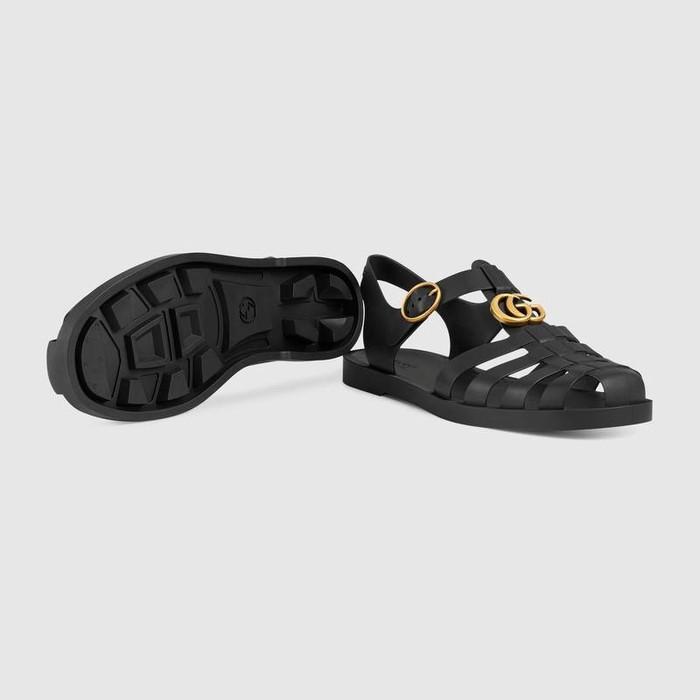 Hiện mẫu sandal này có giá 490 USD khoảng hơn 11 triệu đồng với2 phiên bản đen hoặc xanh rêu.