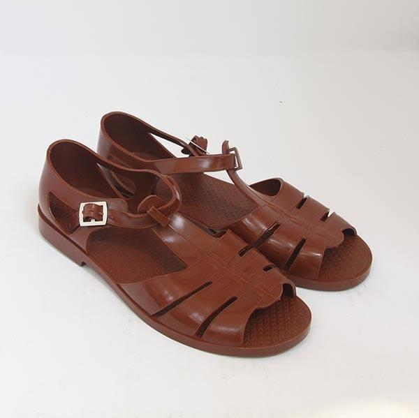 Trông thì sang chảnh thật đấy nhưng nhiều cư dân mạng đã nhanh chóng nhận ra rằng sandal đắt đỏ của Guccigiống hệt với đôidép bộ đội của Việt Nam.
