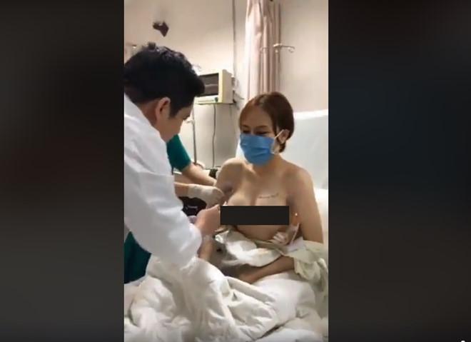 Bác sĩ Thái trực tiếp chạm tay để khám cũng như hướng dẫn bệnh nhân này cách chăm sóc ngực. Ảnh cắt từ clip.