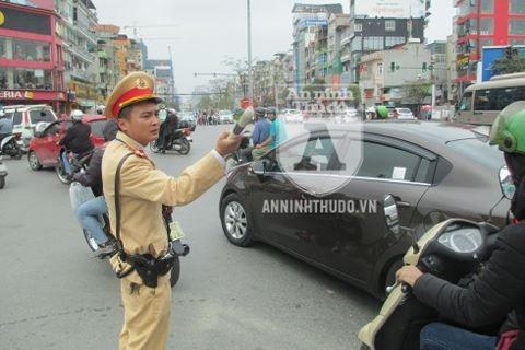 """Thượng úy Nguyễn Văn Chính """"hơi ngại"""" vì được mọi người chia sẻ nhiều về câu chuyện của mình"""