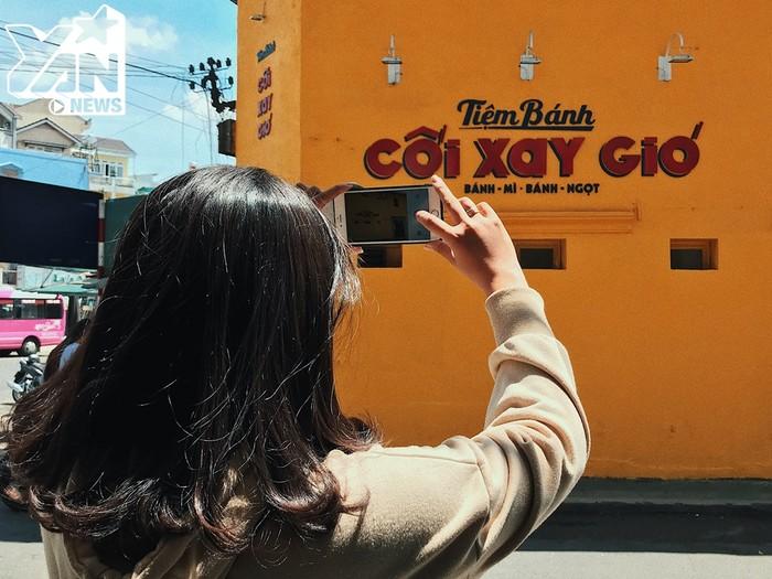 """Bức tường vàng thần thánh"""" ở Đà Lạt sau khi hồi sinh, lại khiến giới trẻ xếp hàng dài để chụp ảnh"""
