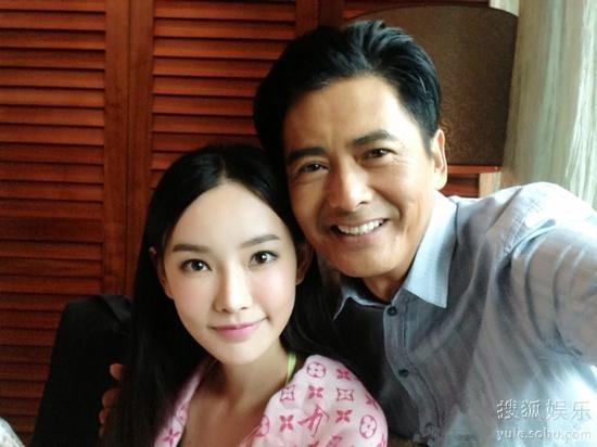 Đồng Phi chụp ảnh cùng Châu Nhuận Phát thời còn đóng Đổ Thành Phong Vân.