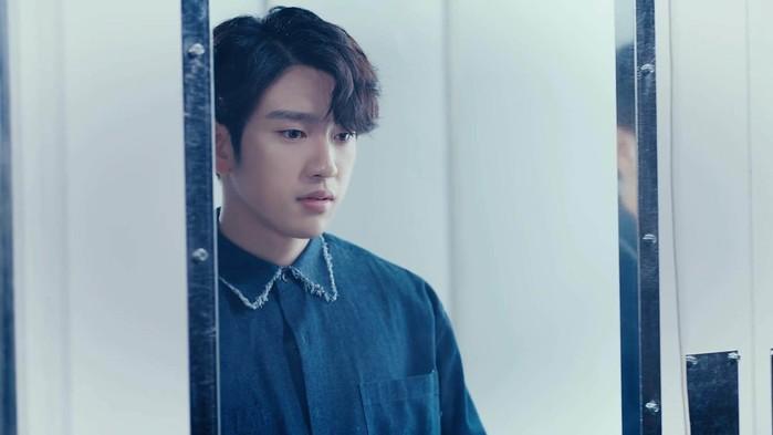 Đường nét góc cạnh cùng khuôn mặt nam tính chính là điều khiến cho Jinyoung luôn được mọi người nhận xét là thần tượng đẹp trai hàng đầu của GOT7.