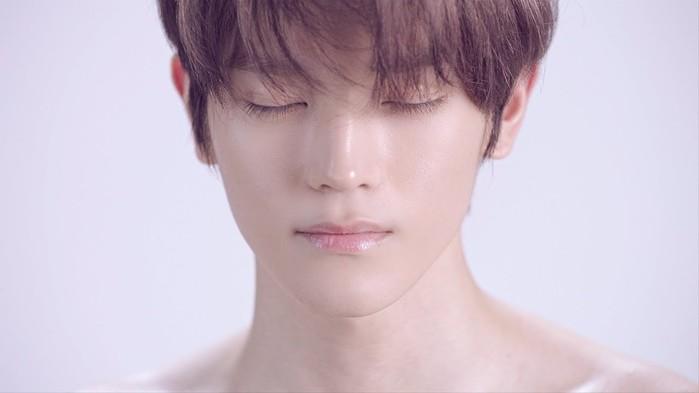 Chỉ ngay sau khi vừa ra mắt,Jungwoo đã gây ấn tượng với fan Kpop với vẻ đẹp nhẹ nhàng, dễ ngấm dễ yêu.