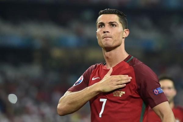 """Không một ai có thể nghi ngờ về tài năng và sự xuất sắc của CR7 ở cả đội tuyển quốc gia lẫn CLB Real Madrid. Cùng với Messi, Ronaldo là một trong 2 cầu thủ hay nhất thế kỷ 21. 81 bàn sau 148 trận là con số đủ để tiền đạo này """"bỏ xa"""" 2 huyền thoại Pauleta và Eusebio để trở nên vĩ đại nhất bóng đá Bồ Đào Nha."""