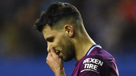 Tiền đạo Sergio Aguero sẽ không thể thi đấu trong 2 tuần tới sau khi dính chấn thương đầu gối trong buổi tập của Man City. Cây săn bàn hàng đầu của The Citizens ởmùa giải năm nay nhiều khả năng sẽ không kịp góp mặt trở lại trước khi loạt trận lượt đi vòng tứ kết Champions League diễn ra.