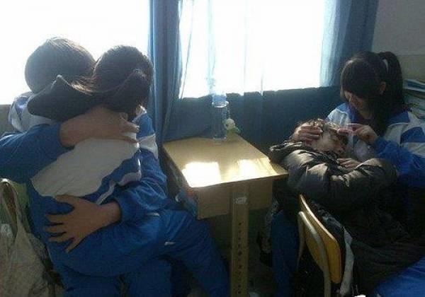 Hình ảnh học sinh ôm rồi hôn nhau ở ngay tại lớp học đã không còn quá hiếm gặp (ảnh minh họa)