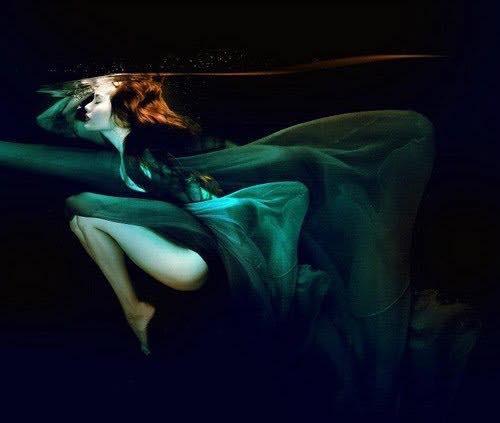 Những bức ảnh đầy mê hoặc, huyền ảo dưới làn dưới của siêu mẫu Võ Hoàng Yến.