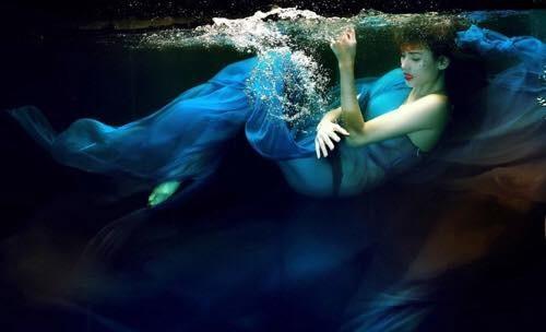 Võ Hoàng Yến huyền ảo dưới làn nước với những pha tạo dáng xuất thần không đối thủ