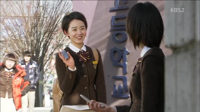 Lên phim nhỏ nhắn vậy thôi nhưng Shin Hye Sun cao tận 1m72.