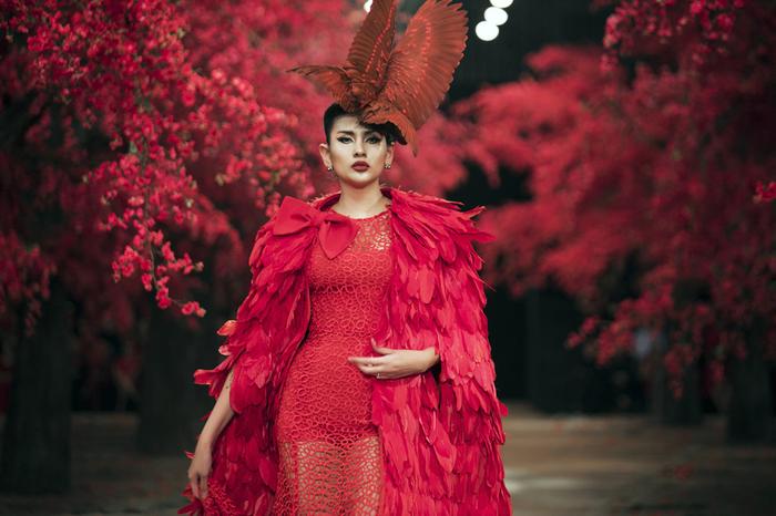 Võ Hoàng Yến là một gương mặt quen thuộctại các show diễn của Đỗ Mạnh Cường với cương vị là vedette mỗi khi xuất hiện.