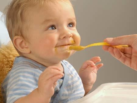 Mẹ nên cân bằng thời gian ăn và bổ sung váng sữa cho bé để con luôn được khỏe mạnh và phát triển.