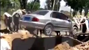 Một người đàn ông ở Trung Quốc cũng đã được chôn cất trong chiếc xe theo ý nguyện khi còn sống.