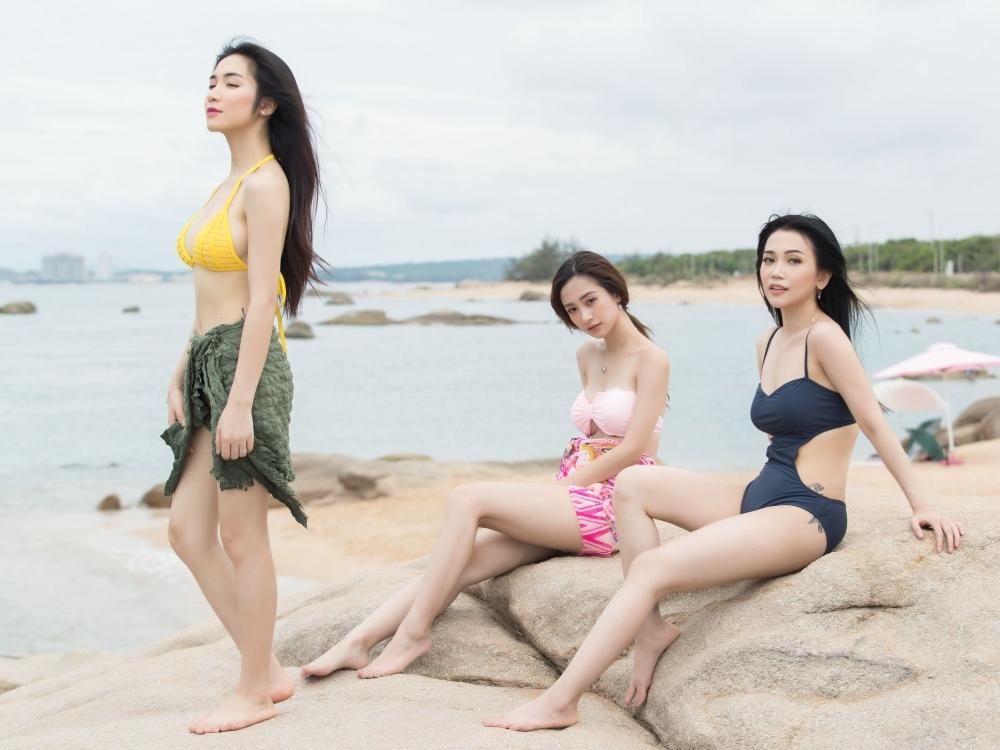 Hòa Minzy diện bikini khoe vòng 1 nóng bỏng trước biển nhưng hình xăm Công Phượng đâu rồi