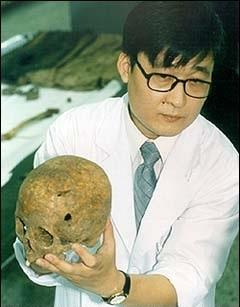 Gáo sư tại Đại học YKyungbok đang giải thích về lỗ thủng trên hộp sọ của 1 trong 5 nạn nhân. Có vẻ như các em đã bị đánh đập và bị bắn, dẫn tới cáichết.Phần hộp sọ của các em được hiến cho đại học này nhằm phục vụ cácnghiên cứu y khoa