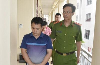 Lực lượng công an bắt giữ Hồ Đức Tuấn.
